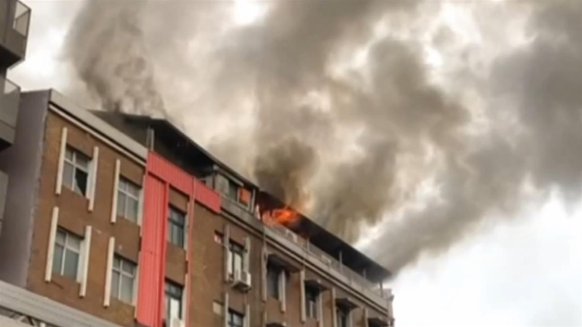 快訊/萬華環河南路二段清晨大火!公寓頂樓竄濃煙 居民:有爆炸聲