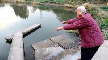母子載浮載沉!84歲老奶奶奮力跳河救人 事後卻自責痛哭