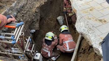 快訊/新竹50歲工人遭土石掩埋 警消救援3小時找到屍體