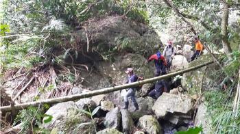 海岸山脈最高峰山難 警消翻山越嶺8小時救出傷者