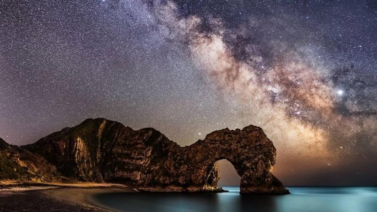 天文奇觀: 流星雨、日全食、木星土星大合的璀璨夜空