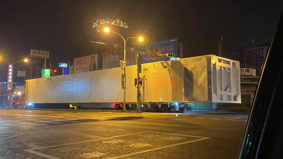 台南凌晨「神秘白貨櫃」路上跑 全長破50公尺!網揭神秘用途