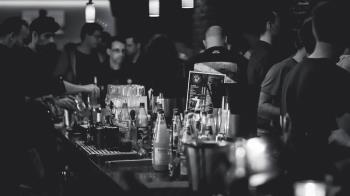20歲妹染疫!14天內狂跑3酒吧爽玩 行蹤遍布半個城市