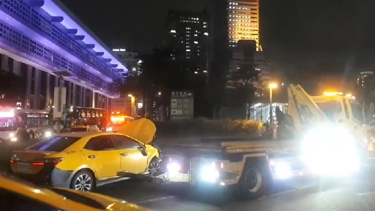 台北車站計程車暴衝撞機車!9人受傷送醫搶救