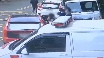 通緝犯裝病!襲警跳上女友車逃亡 急追3車4共犯