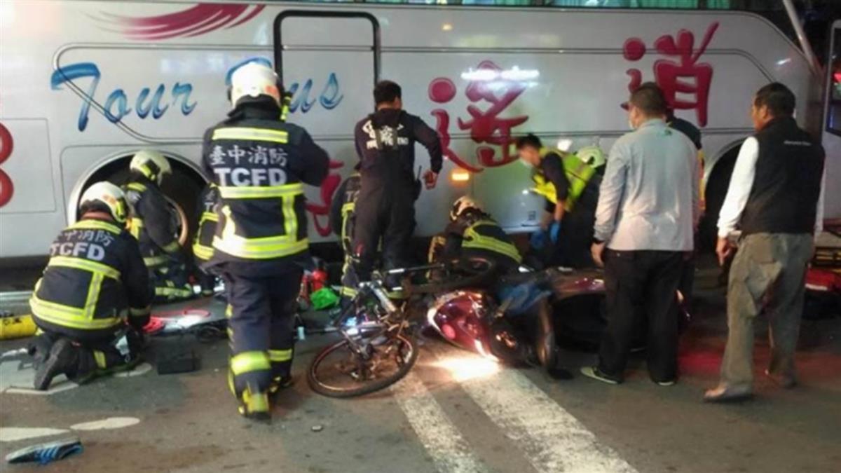 驚悚畫面曝!台中男騎士撞單車 下秒捲遊覽車底慘死