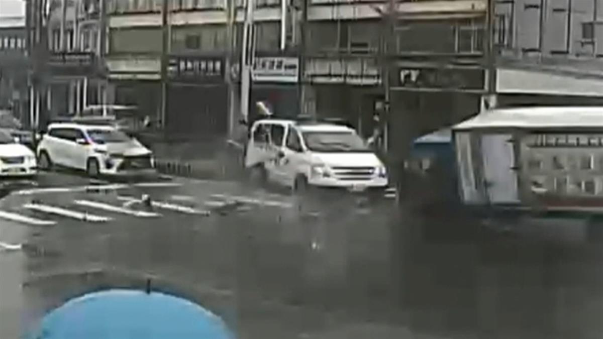 疑車速快閃避不及!貨車撞鳴笛救護車 翻倒路中