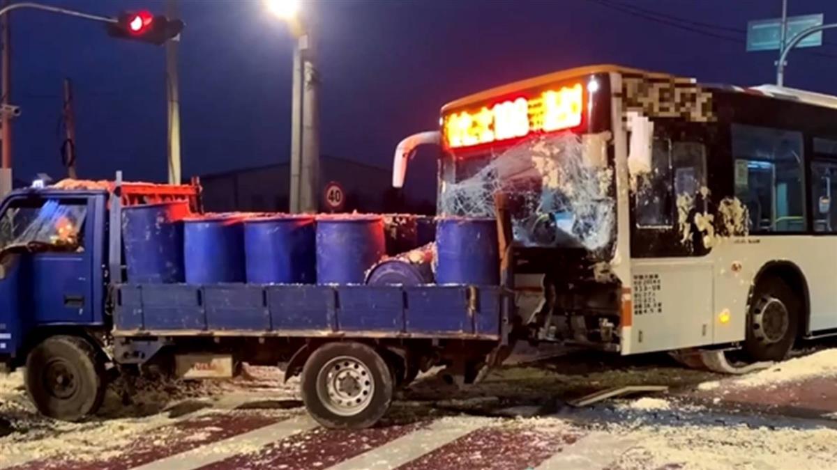 貨車遭撞豆腐渣滿地 公車司機一度昏迷受困