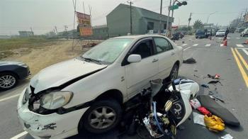 快訊/高雄汽車暴衝撞6車!女騎士遭壓車底 下午宣告不治