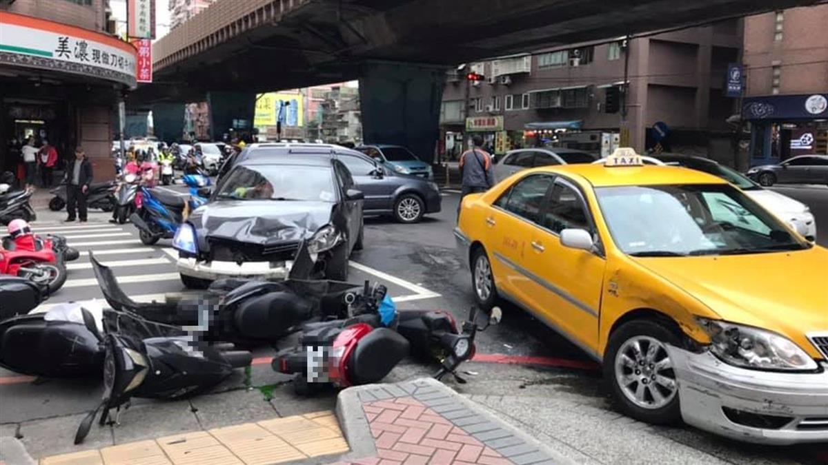 快訊/新北大道爆重大車禍!2汽車、5機車連撞害7傷