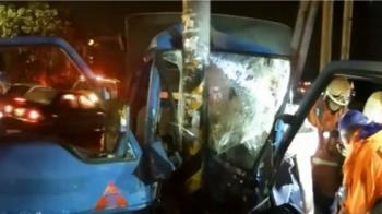 偷車賊關車燈自撞桿 卡在車上哀號求警救命