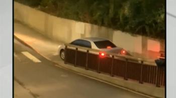 轎車誤闖窄「人行道」 網友驚嘆:要有一定技術