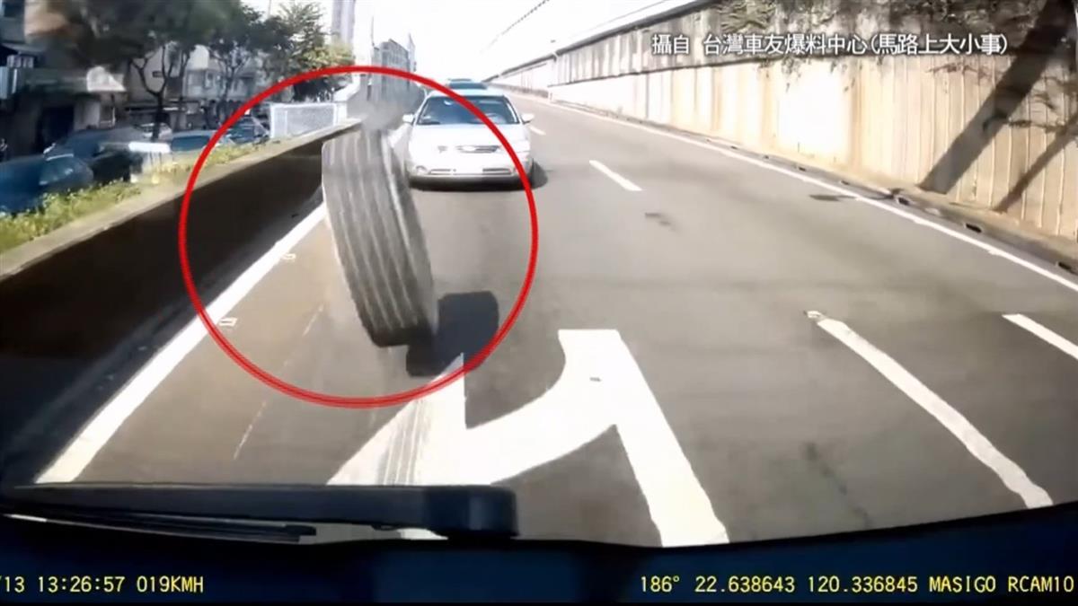 衰!聯結車國道左輪彈飛 3轎車慘被砸