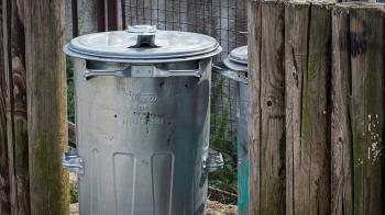 女鄰居寄放超臭垃圾桶 2個月後他打開嚇呆:是腐屍