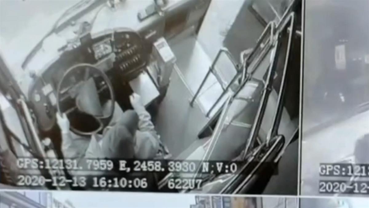 男硬切攔公車拿女友包逼下車 司機助解圍