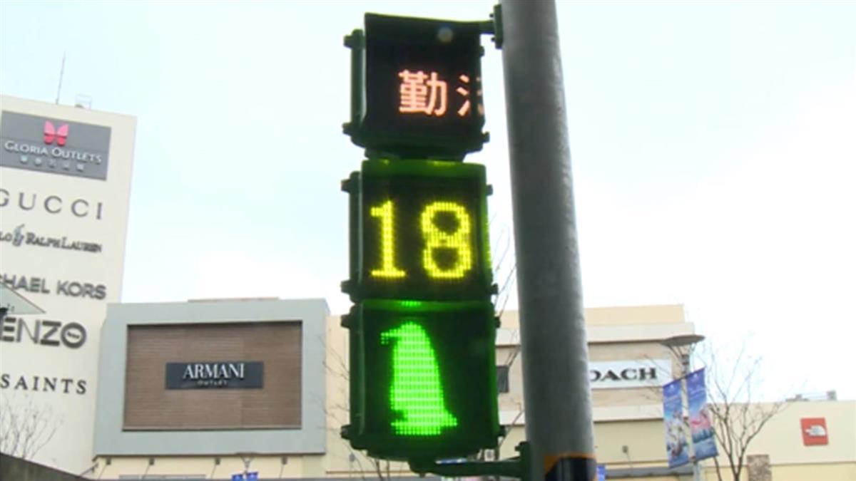 桃園青埔超萌企鵝號誌燈 6種可愛動作陪你過馬路