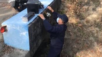 躲樹叢後、站大排水溝底下 員警取締方法惹議