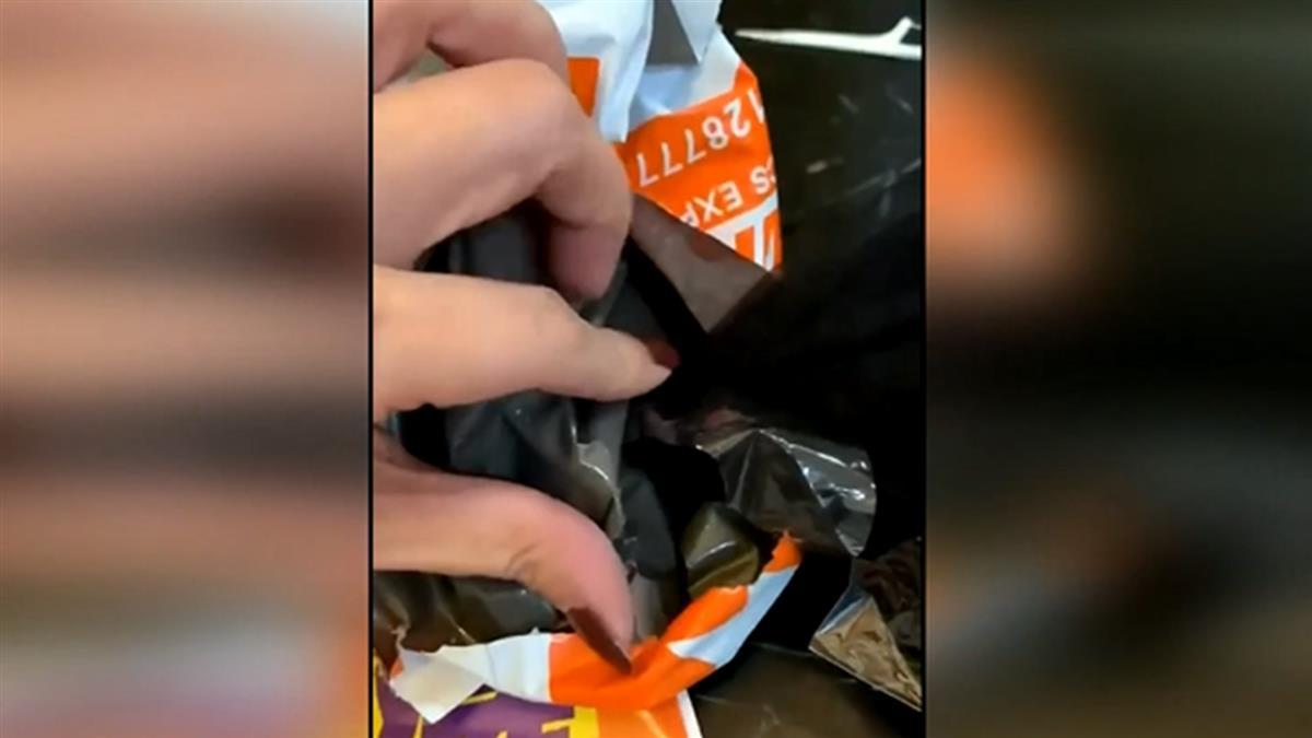 廣告文宣釘在便利袋 服飾店寄衣被釘破2個洞