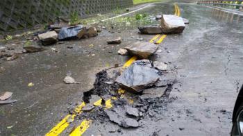 驚悚!瑞芳巨石崩塌如洩洪 砸毀2民宅2車 老婦手受傷