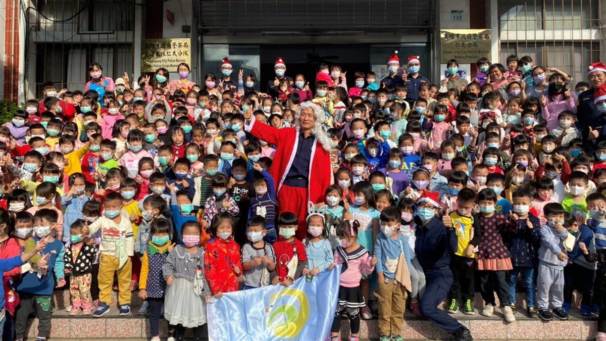 仁武國小附設幼稚園參觀警局 仁武分局長扮聖誕老人討孩子歡心