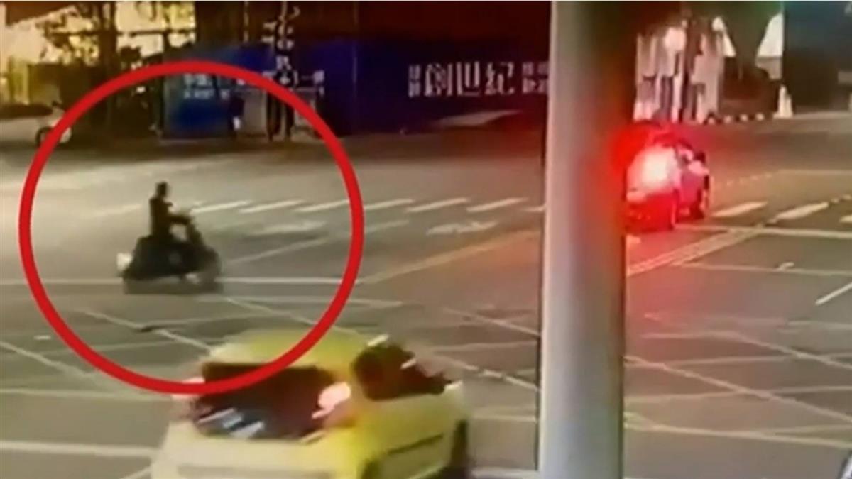 獨/疑違規跨雙黃線 驚悚畫面曝!騎士遭追撞噴飛重傷