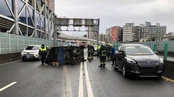 快訊/台64線貨車翻覆 4車追撞3人受傷送醫
