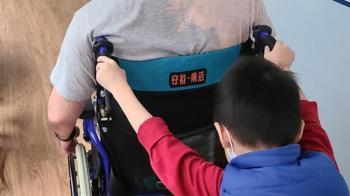 鼻酸!消防爸出勤遭撞「癱坐輪椅」 懂事兒一夜長大:媽媽,我來推