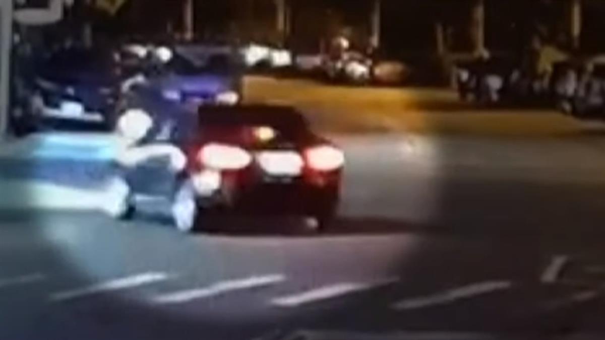 疑搶快闖燈 機車與左轉車相撞 騎士乘客遭撞飛