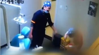 護理師夾傷手求救變「螃蟹舞」 男同事尬舞回應