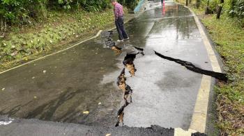 快訊/北台灣山區大雨不停 石門北21線邊坡滑動道路坍