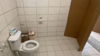 內急超商如廁竟沒門!民眾紙板遮擋「勇敢的上了」