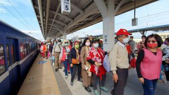 藍皮火車23日停駛南迴線 最後週末500多人塞爆車廂