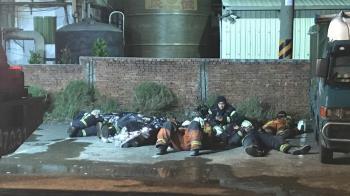 旭富大火狂燒14小時!消防員累倒路邊 暖心網友親送250份早餐
