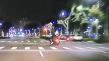 9秒奪命片曝!UBA隊長雙載「機車左偏」 下秒遭撞飛