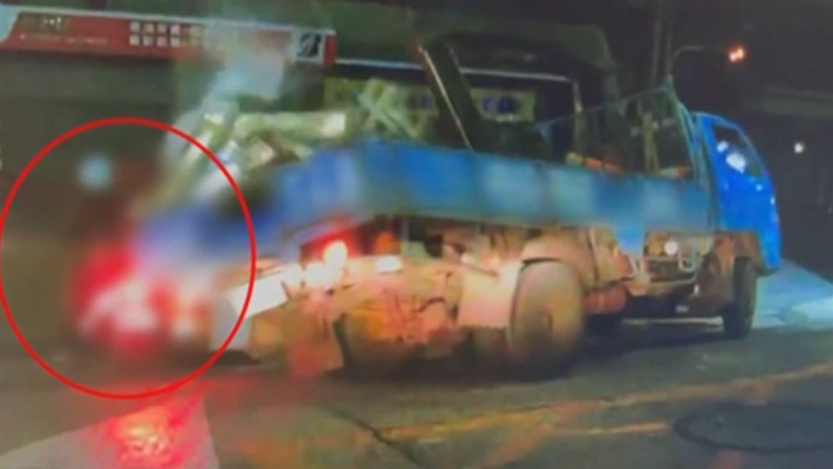 沒固定好?貨車載柴油翻倒 整桶油噴女騎士全身