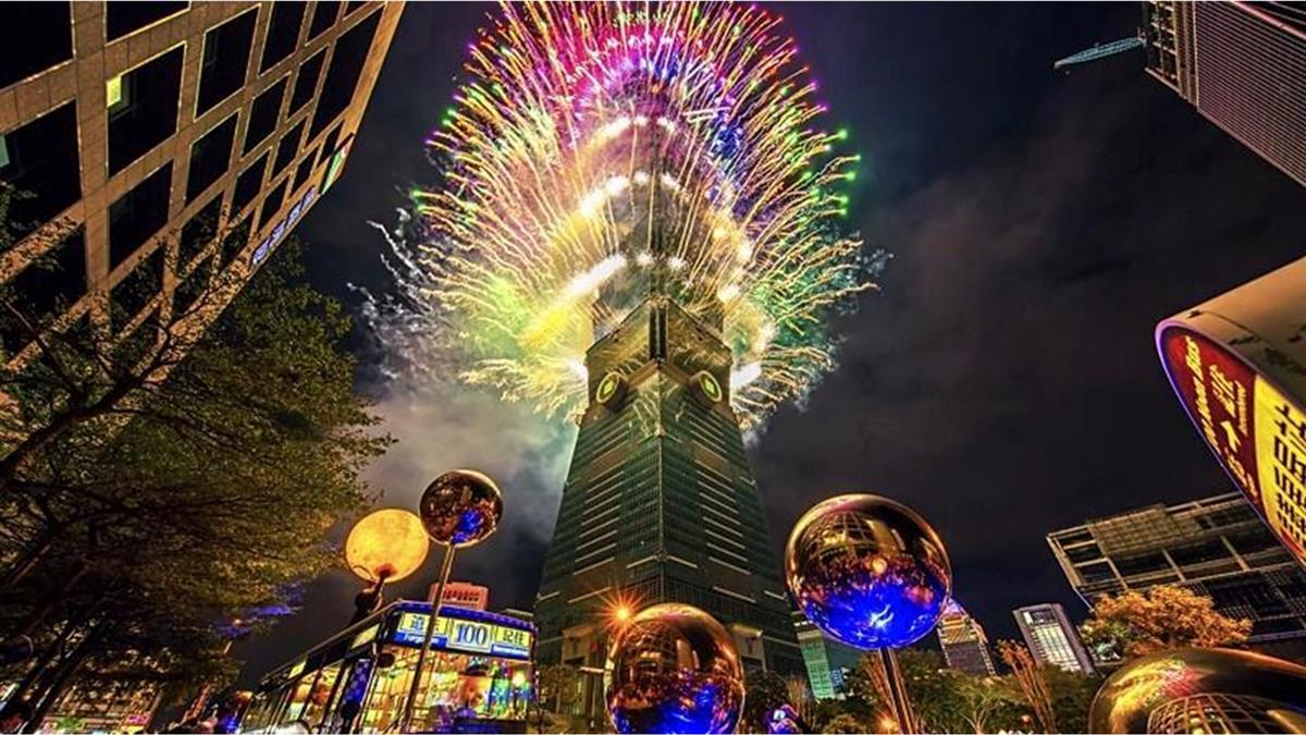 101全球首創「360度輪狀煙火」 300秒無死角立體視覺超震撼