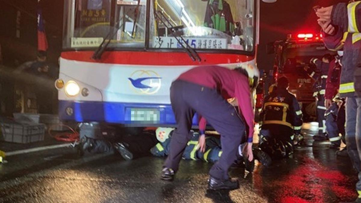 雙載機車自摔遭公車輾過 她雨中哀嚎與尪死別
