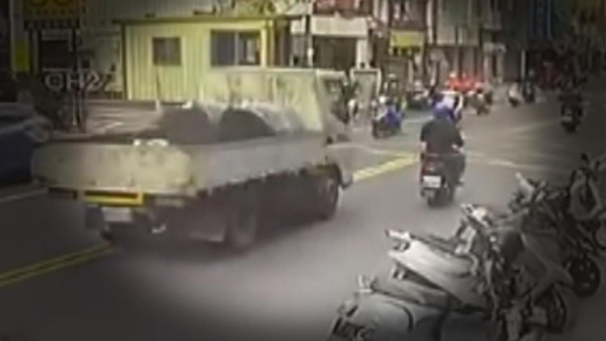 73歲父遭貨車「超車追撞」女兒怒控駕駛想落跑
