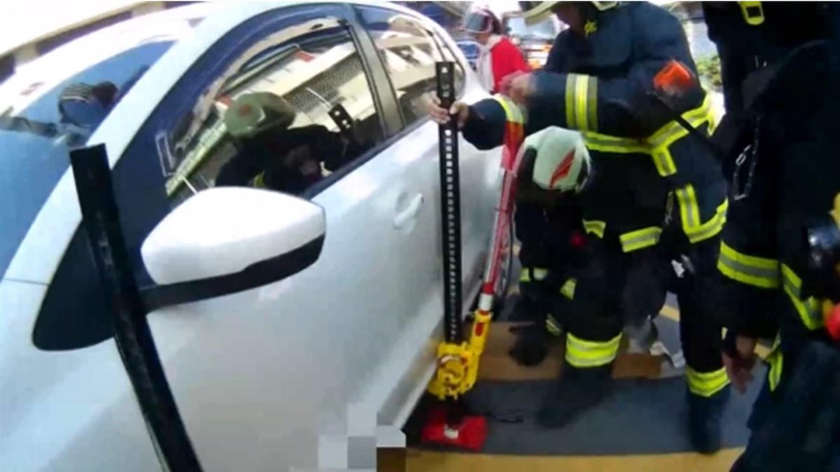騎士被壓自小客下!警民合力抬不起 呼叫支援及時救人