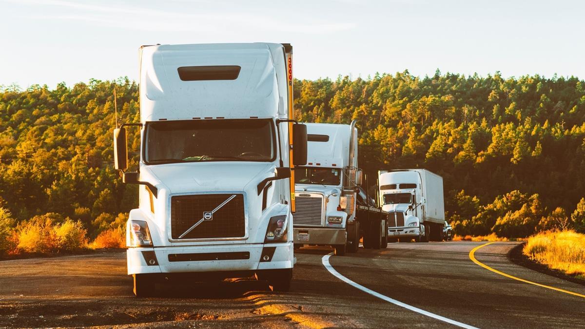 缺水缺糧睡車上!數千卡車司機連日受困英國邊境