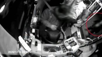 站門邊不聽勸!他搥破公車車窗 下秒竟用頭猛撞柱子