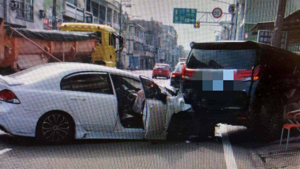 快訊/東港2車碰撞再撞電線桿 3人重傷急送醫