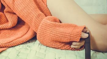 爸房間驚見「熟悉毛衣」!她打開衣櫃嚇壞:系主任只穿內衣