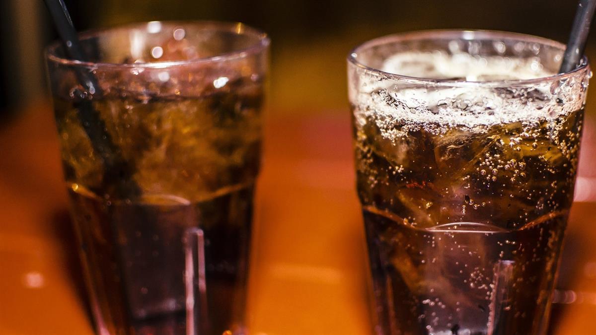 小二童吵喝可樂遭拒 怒嗆「沒錢還生我?」下秒媽忍淚結帳