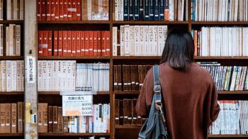 女大生圖書館睡覺 男學生自嗨O在她外套上