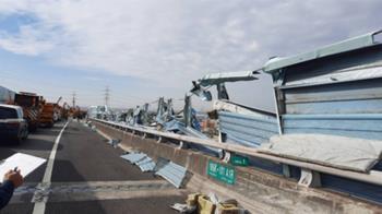 國3南下龍井路段大貨車翻覆  三車道封閉