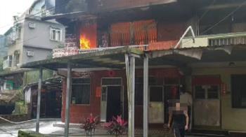 基隆民宅火警!2樓狂燒濃煙竄天 疑是除濕機惹禍