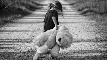 女童遭父母家暴命危 病榻前哭求「別救我」成小天使
