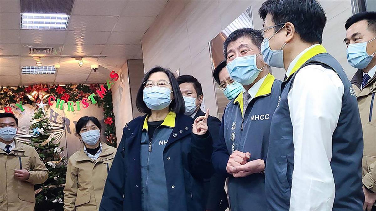 蔡總統帶甜湯巧克力訪指揮中心 慰勞防疫團隊