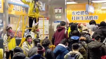 快訊/台北跨年市府站湧人潮 警舉牌籲別推擠